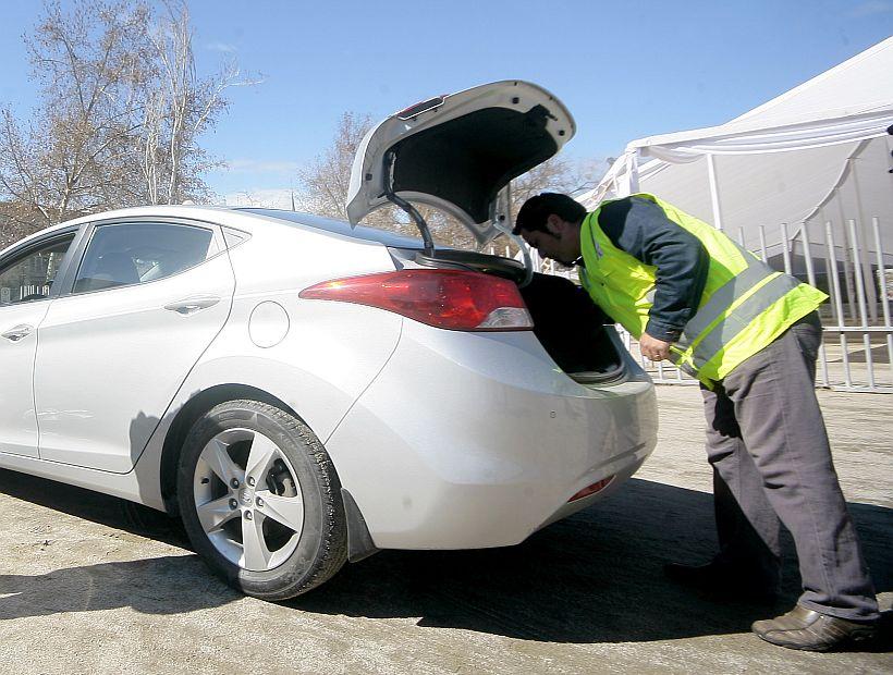 El ministro de Transportes presenta decreto que hará obligatorio cheleco reflectante en autos
